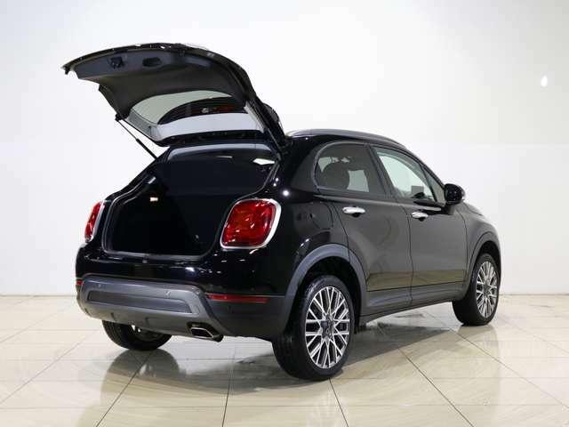 大きく開くバックドアは荷物の出し入れも行いやすいです!