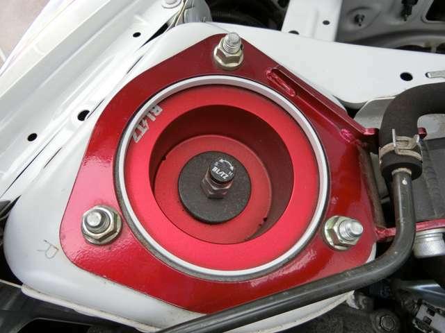 BLITZ製車高調が装着されています。走りと見た目を両立させる程良い車高に設定されています。