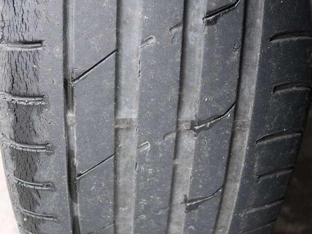 Aプラン画像:タイヤ4本まだ溝はございますが、溝も浅く劣化もしていますので交換推奨です。当店で高級国産タイヤ~海外格安タイヤまでご用意可能ですのでご希望の方は遠慮なくお見積り下さい。サイズは235/45R17です。