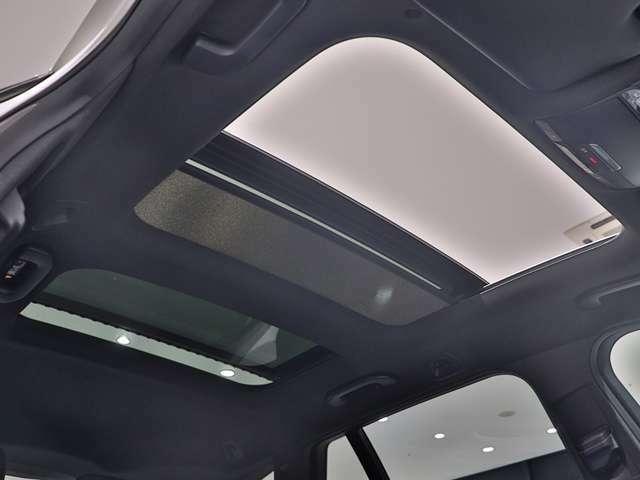 【室内に開放感があふれるサンルーフ】2枚のガラスルーフから見える空と光が、乗る人全てに大きな開放感をもたらします。チルトアップ時に車速が上がるとルーフの角度を調整してノイズを現象させるなどの機能付き!