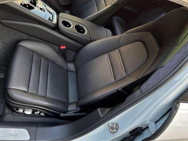 前席には、シートヒーターが内蔵、さらにオプションのシートベンチレーション(シートエアコン)が装着されております。
