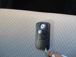 【スマートキー】スマートキー付ですのでエンジン始動、ドアロック施錠・解錠が楽です。鍵を取り出す手間が省けて便利です!