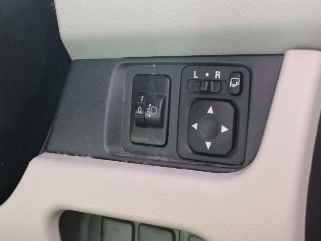 アイドミラー開閉・調整は、右側のボタンで行います。【リベライザー機能】乗車人数や積載量によって傾くライトの角度を任意で調整できます!