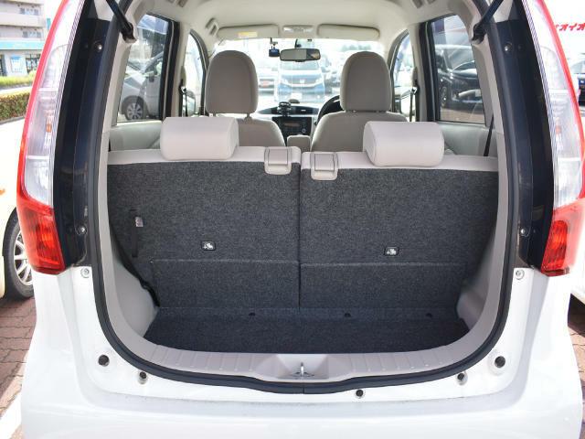 後席使用時でも十分な広さを確保した荷室空間!後席を倒せば、フラットになります。トランクの下には、パンク修理キットが収納されています。