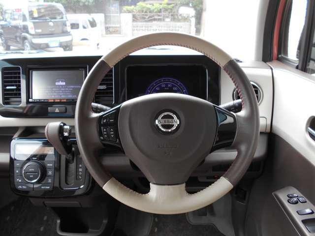 運転席ビュー・・・豪華『革巻きステアリング&ステアリングリモコン機能付き』です♪