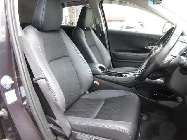 広々とした運転席☆アクセントカラーがオシャレな内装デザイン♪座り心地の良いシートになっております☆