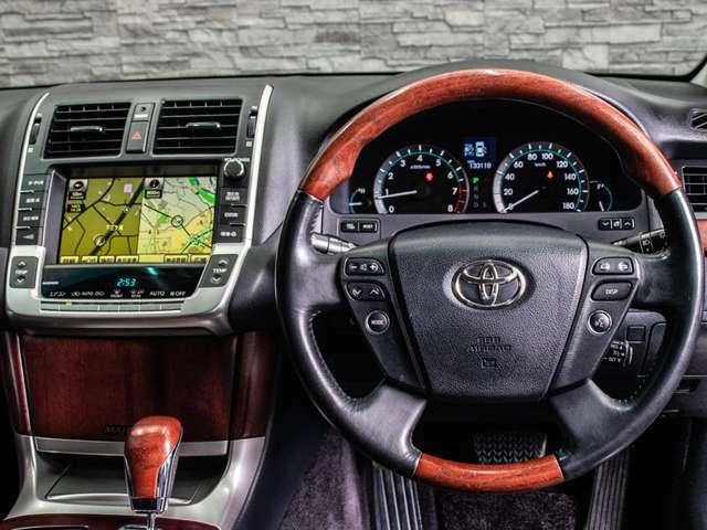 ウッドコンビハンドル&シフトノブ装備!高級車には欠かせない装備ですね!車内の高級感が一気に際立ちます!