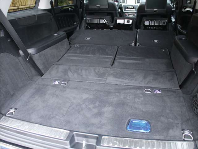 セカンドシート、サードシートを格納する事で、大きな荷物や長い荷物の積込みも可能です!