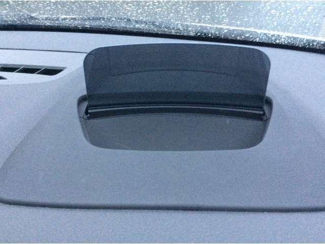 BMWヘッドアップディスプレイ:ドライバーが常に前方の道路状況に集中できるように装備され、現在の車速、ナビゲーション・システムによるルート案内の矢印表示などさまざまな情報をドライバーの視界内に表示します。