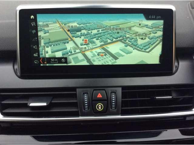 タッチパネル対応HDDナビゲーション・システム:文字情報も鮮明に表示する8.8インチの高解像度カラー・ワイド・ディスプレイ渋滞個所などの情報をリアルタイムで提供するVICS3、ITSスポットに対応。