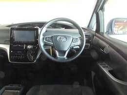 高級感のある革巻きハンドルに便利なステアリイングオーディオスイッチ付き!ボディスタイルと共に、飽きのこないデザインのシンプルな運転席廻り。