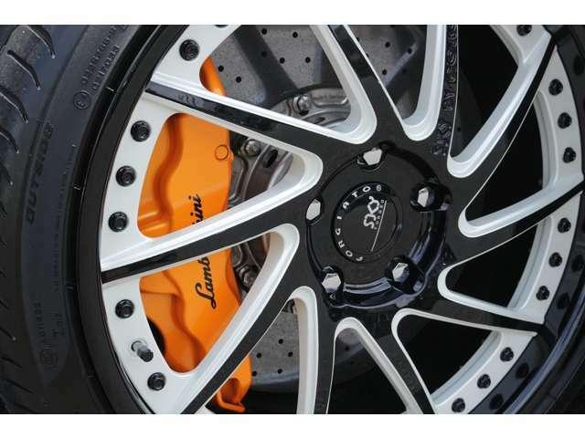 オレンジカラーキャリパーに、純正カーボンファイバーブレーキを装備しております! LP620とは違い、Fr,Rrともにビッグキャリパーになっております!