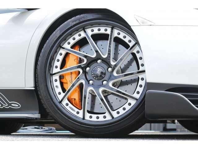ホイールは、鍛造SKYFORGED S217を装着しております! タイヤはピレリを装着! サイズは、Fr235/35ZR19 Rr345/25ZR20 となっております!