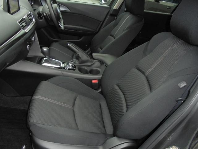 体を心地よく包み、適切に支えるフロントシート。ゆったりとしたサイズを持つフロントシートは、体に沿ってシートがしなやかにたわむ構造により、シート全体で包み込まれるような心地よいフィット感を実現しました。