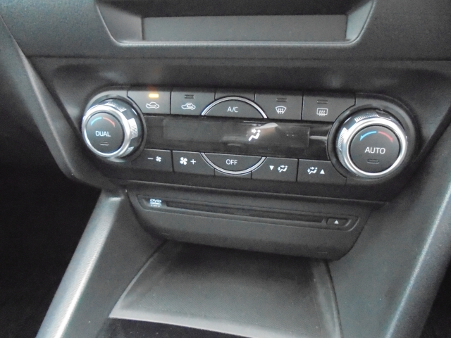 運転席と助手席それぞれに設定温度を調整できるフルオートエアコンを全車標準装備しています。花粉除去フィルター付きです!