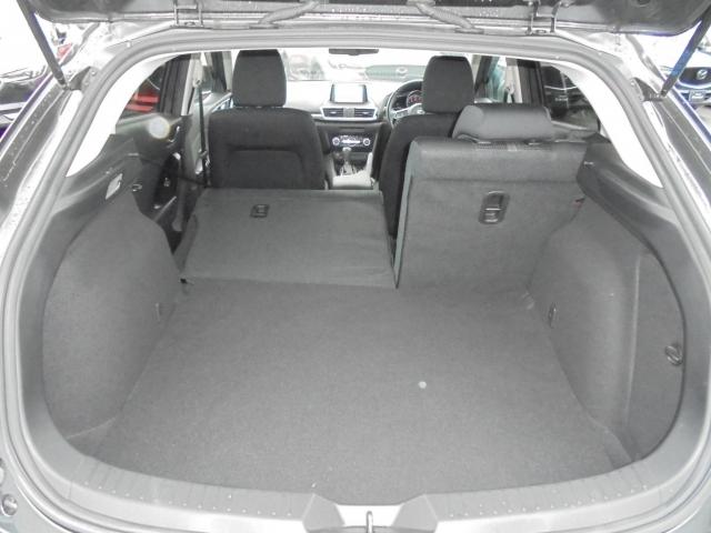 幅広で奥行きのあるラゲッジスペース☆後席は分割可倒式なので、必要に応じて荷室を広げることができます!