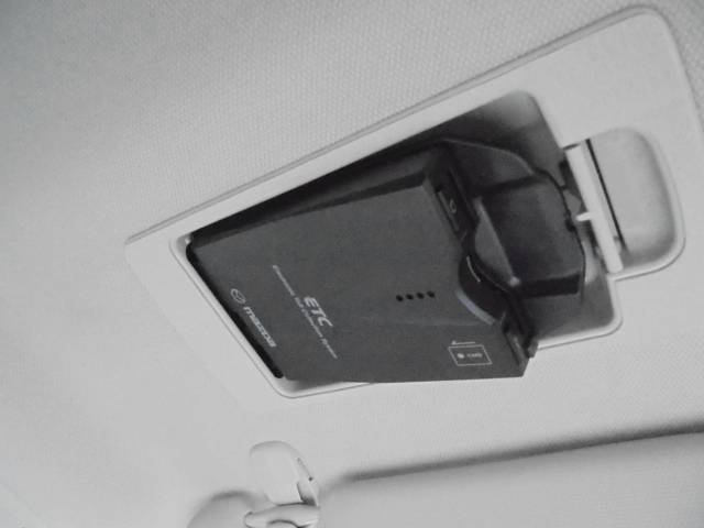 マツダ純正スマートインETC装備!サンバイザーの裏に隠れるように車載器をスッキリ収納!ワンプッシュで車載器が斜めに下がりますのでETCカードの出し入れも簡単にできます。