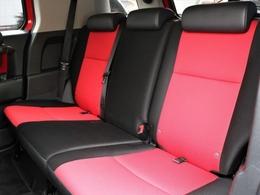 後席も赤黒コンビシート。どこのスポーツカーかと思ってしまうほどスポーティですね。