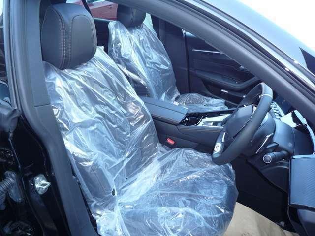 体を包み込むように作られたシート。シートヒーターとマッサージ機能つきでゆっくりおくつろぎいただけます。傷、汚れなどはございません。