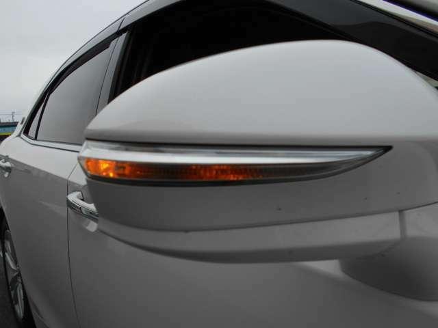 【ウィンカー付サイドミラー】 ヘッドライトだけではなく、サイドミラーにもウィンカーレンズがついているので、周りの車からみてもわかりやすく、しかもておしゃれですね♪