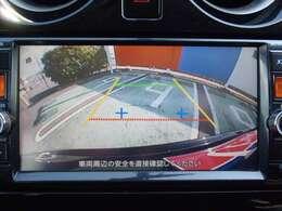 シフトレバーを「R」に入れると、自動的に車両後方がカラーでモニターに表示されます。目安線も表示されるので、分かりやすいですね!!