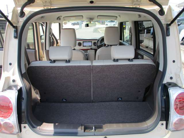 後部座席を倒すと、荷台が広々と使用できます!