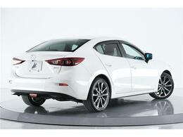 ヨーロッパ車のようなバックシルエットは最近の国産車にはない絞り込まれたデザインです。