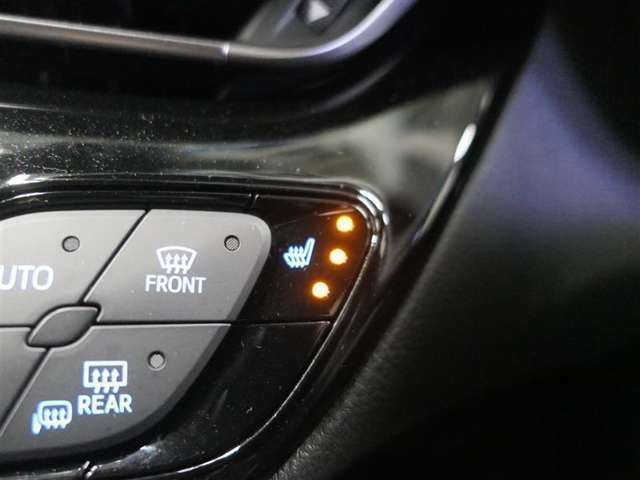 【快適温熱シート】運転席と助手席をそれぞれ独立して操作でき、High・ミドル・Lowの3段階に温度調節も可能なため、座る人と室内温度にあわせた快適なシート温度が得られます♪