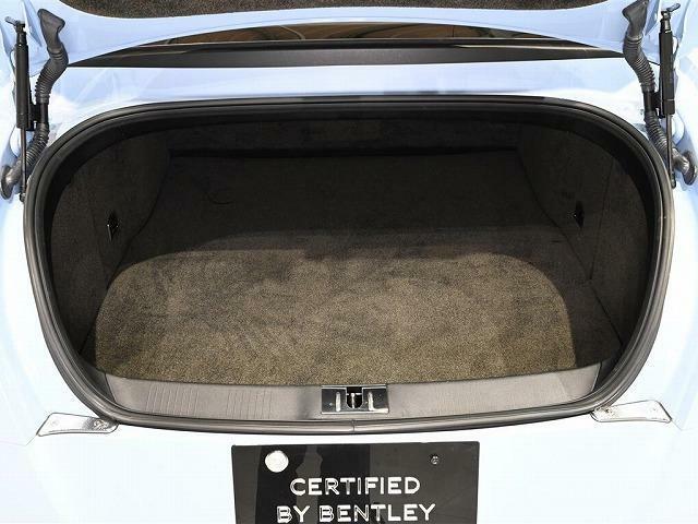 トランク容量は358L。ドライバーを抜けば、クロスでゴルフバッグが2個入ります。