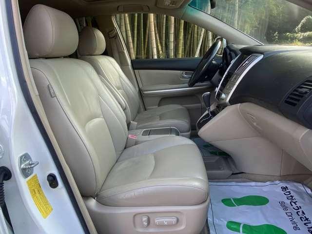 運転席・助手席ともにパワーシート・シートヒーター付き