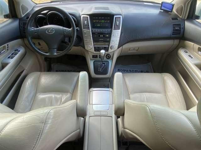 希少な左ハンドルのレクサスです!運転席・助手席ともにパワーシート・シートヒーター付き