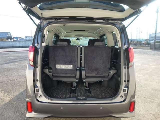 3列目のシートは跳ね上げ式で色々な物を載せることができます。