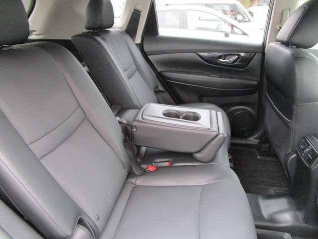 リヤシートには大型のアームレストを装備している。