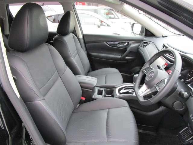 3ナンバーならではの広いフロントシート!運転席は高さも調整できます。