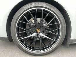 21インチのパナメーラスポーツデザインホイールをハイグロスブラックに純正オプションで塗装しております。