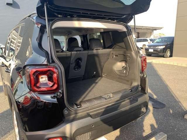ジープ最小の車両ではあるものの、買い物カゴ3個分は収納でき、普段使いには十分な広さです