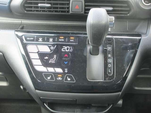シフトはCVTを採用。変速ショックが少なくスムーズな走りです。運転席助手席のシートヒーターは重宝しますよ。