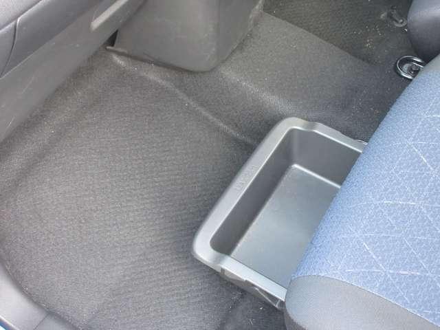 助手席のシート下には、アンダートレイがあるので、ちょっとした物や、靴等も収納できます