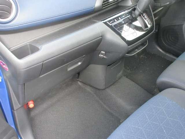 助手席の足元も十分なスペースを確保