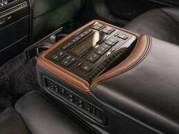 後席のセンターコンソールです。シートヒーターやリクライニング機能付きです。エグゼクティブパッケージ専用のリラクゼーションシステムを搭載。車とは思えないほど多機能、高性能システム搭載