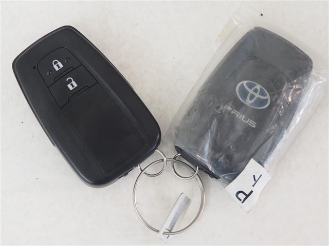 持ってるだけで鍵の開閉、エンジンスタートが可能なスマートキー付き。
