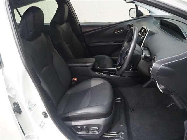 ホールド感ある運転席、助手席シート。