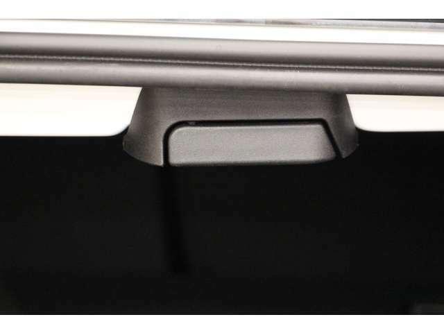 トランクにあるこちらのレバーを引くと後部座席を倒すことができます。