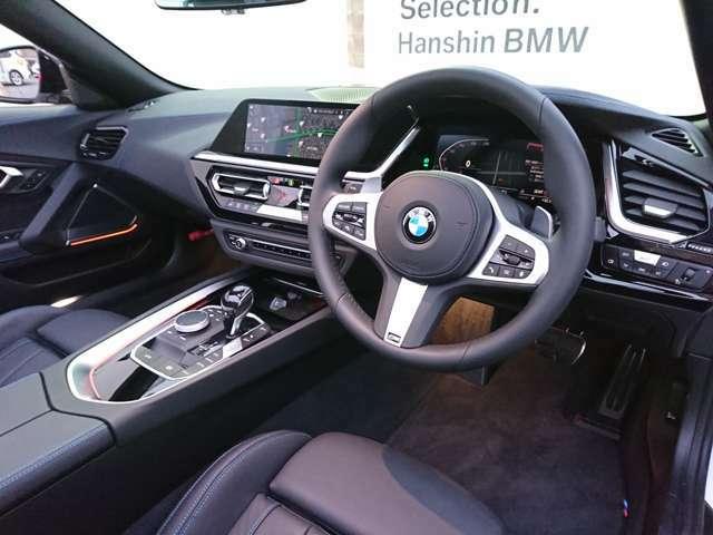 【ドライバーコックピット】人間工学に基づきドライバー中心にすべての操作パネルを設計。ドライバーが直感的に操作できる様にドライバー側にわずかに傾斜。常に運転に最適な姿勢/視線を保つ事が出来ます!
