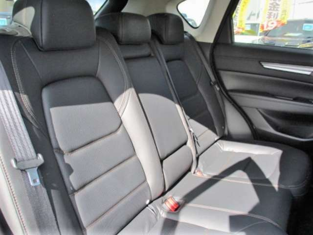 後部座席はゆったりとできる空間になっております!