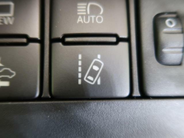 「車線逸脱警報機能」前方不注意などで車が車線をはみ出すと判断した場合、ブザー音が鳴りドライバーに注意を促します。