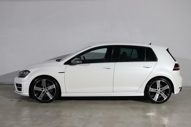 新車時はオプションボディカラーのオリックスホワイトマザーオブパールエフェクト(0R0R)。