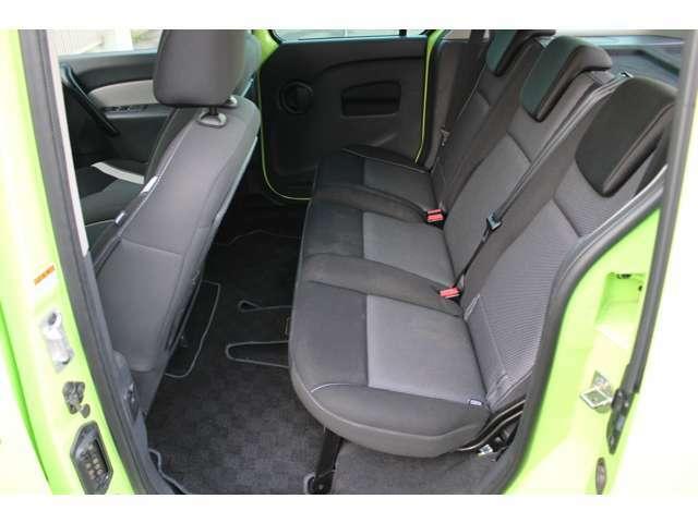 大人が乗っても余裕のある後部座席、ロングドライブでも疲れにくくて安心ですよ。