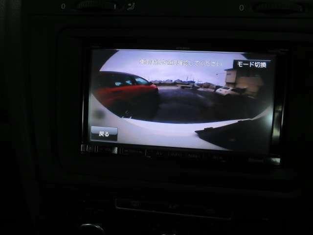 バックカメラ付きで見えない所の安全確認が出来ます。