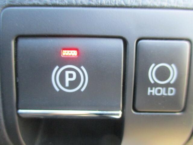 電動パーキングブレーキ搭載。停止時に車両を保持してくれるオートホールドモードも搭載しています